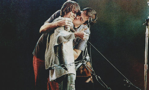 Krist kissing Kurt. Ewwww.